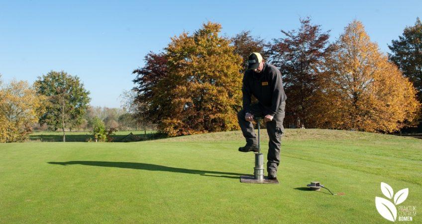 Man voert onderhoud uit op golfbaan