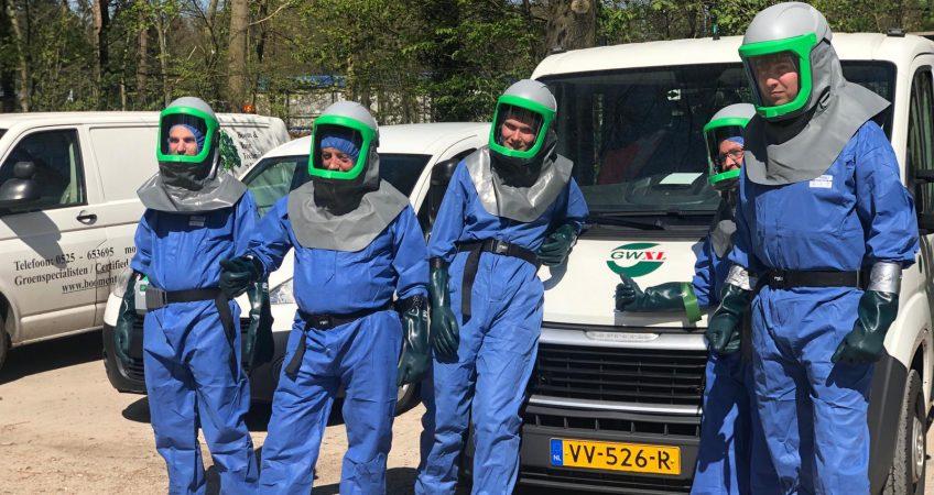 Mannen in beschermingskleding voor EPR